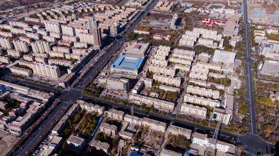 """新疆首个县域""""煤改电""""供暖建成区——蓝天白云下的尉犁显得靓丽迷人。"""