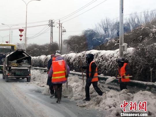 24小时不间断清雪 乌鲁木齐累计清运积雪45万余吨