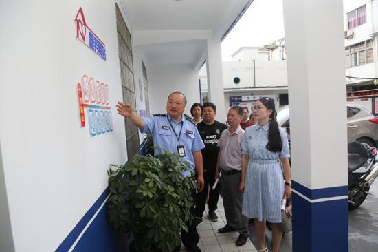 民警向居民介绍警务驿站的工作。苍南警方