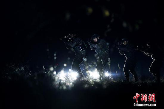 """新疆特战队员""""魔鬼周""""极限训练:午夜山林击毙目标"""