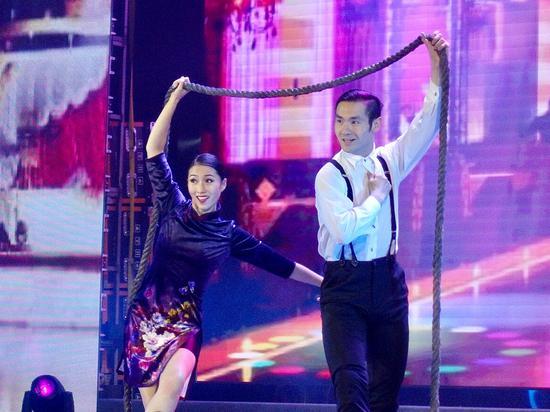 舞蹈演员演绎革命志士黄慕兰的故事。  钱晨菲 摄