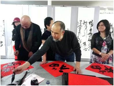 20位中国当代艺术家在开幕式现场写福送福。郑建俊 摄