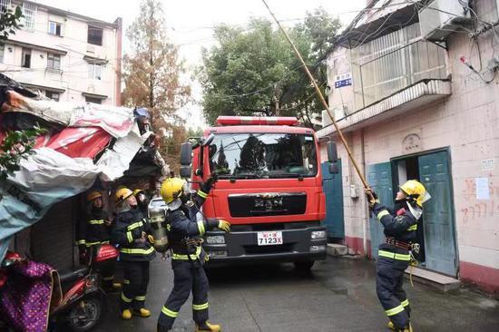图为:消防赶到现场。颜杰 摄