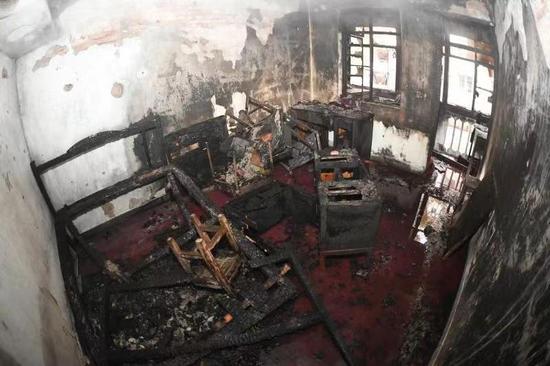 图为:宁波消防在宁波曙光三村开展一次消防通道堵塞危害性对比火灾实验。颜杰 摄