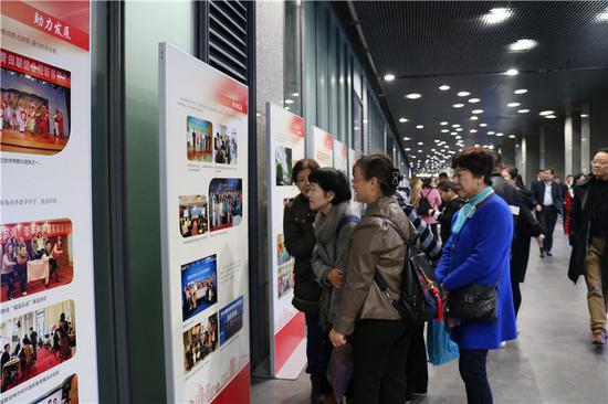 """""""以心聚侨""""图片展在杭州市民中心展出。杭州市侨联提供"""