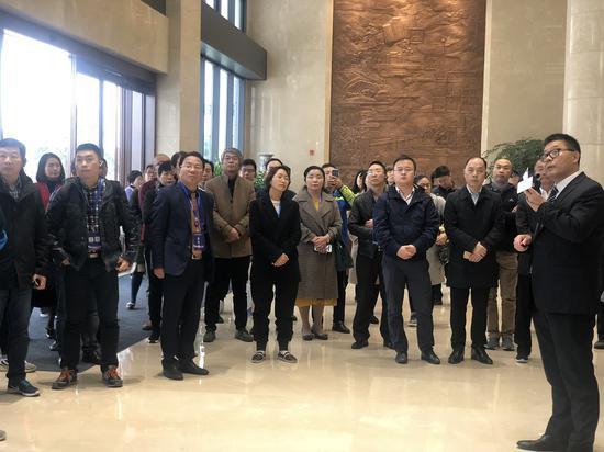 与会嘉宾走访华峰集团。潘沁文 摄