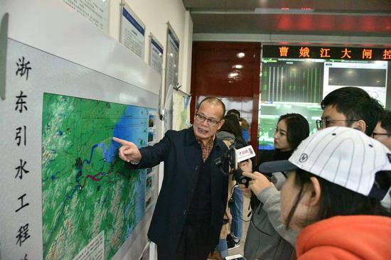 图为:采风团采访浙东引水工程。 范宇斌 摄