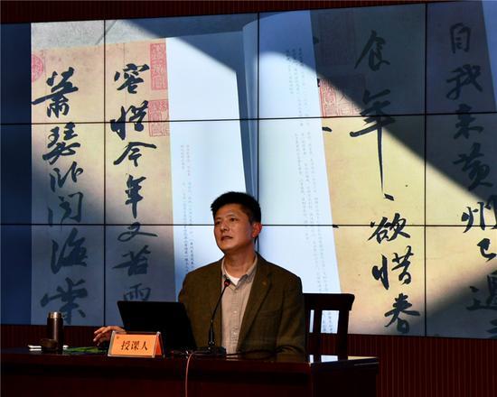 吴文胜院长解析书法的用笔和章法。辜承烃 摄