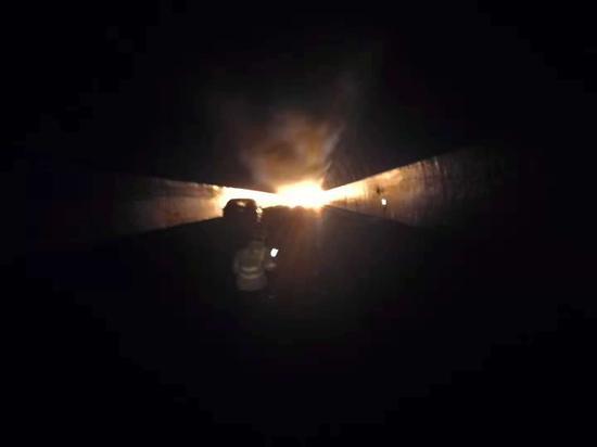 金华一货车在高速隧道内起火 。金华高速交警提供