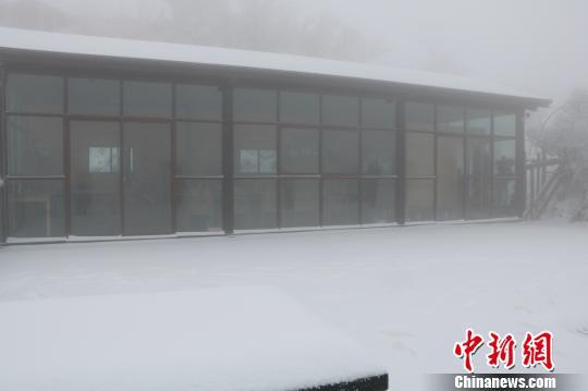 云上草原建筑积雪。 唐文铭 摄