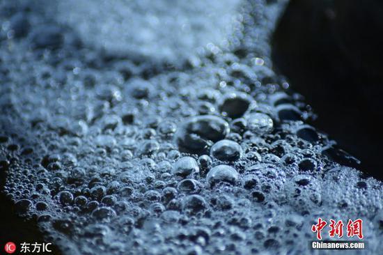 """""""大雪""""节气前 新疆库尔勒孔雀河现美丽冰凌"""
