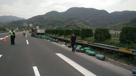 圖為:一廂式貨車側翻,198個煤氣罐散落一地。 孫新躍 攝