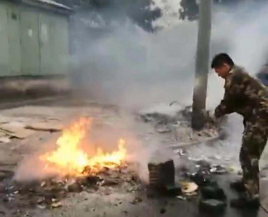 图为:消防员正在处理。 宁波消防提供