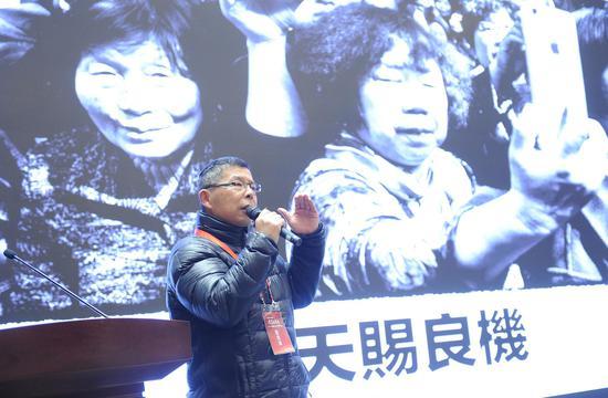 图为:中国摄影家协会副主席、上海市摄影家协会主席雍和在作主题发言。 张茵 摄