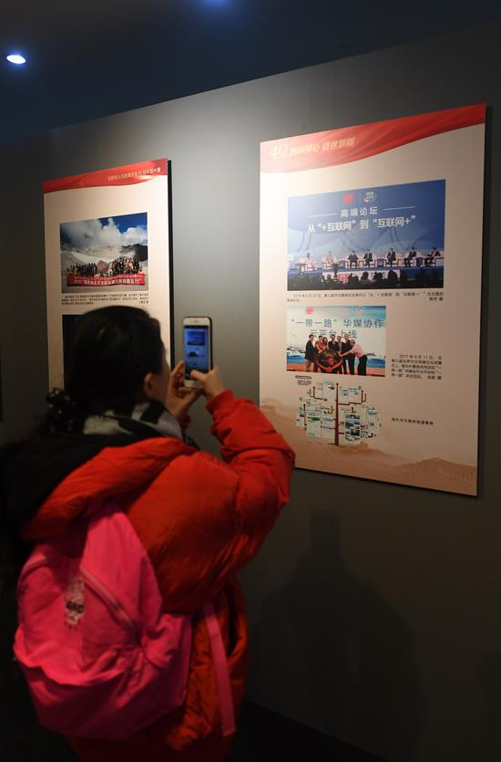 图为:一位市民在用手机拍摄展览照片。 王刚 摄
