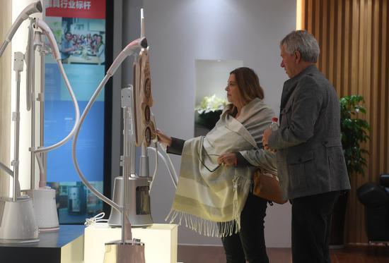 图为:德方代表在参观家具产品。 王刚 摄