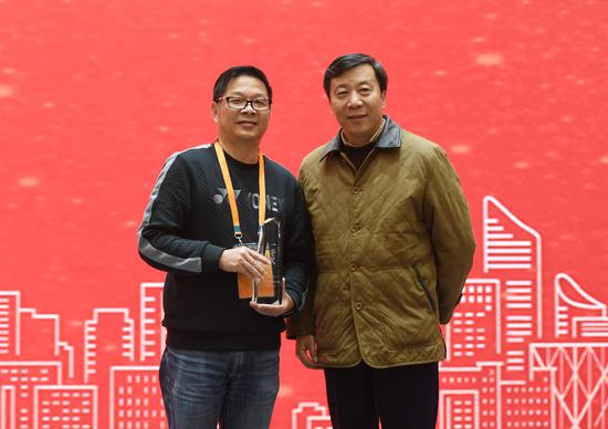 图为:浙江省网信办副主任季晓斌为获奖者颁奖后合影。 张茵 摄