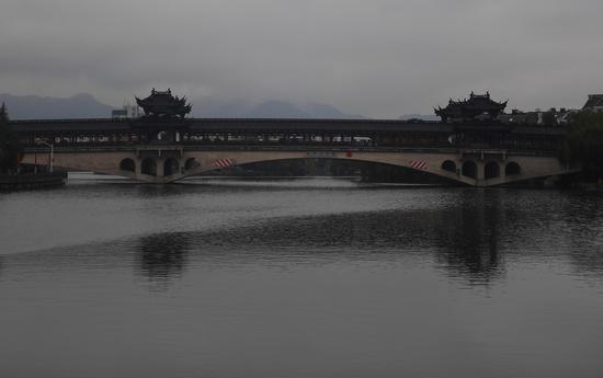图为:绍兴城市道路横亘于环城河上,古典而精致。  王刚 摄