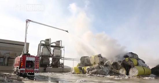 新疆消防鏖战8小时扑灭棉厂大火 保住千吨籽棉
