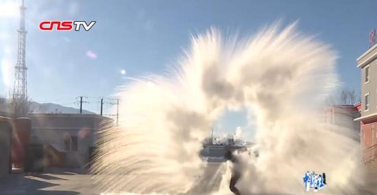 """阿勒泰气温降至-30℃ 消防员展示""""泼水成雾"""""""