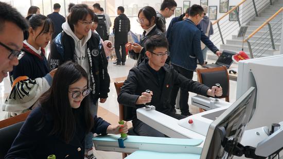 实验室开放日之国内首台上肢康复训练机器人体验。  李宁 摄