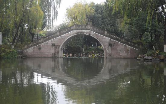 图为:绍兴环城河上的小桥。  王刚 摄