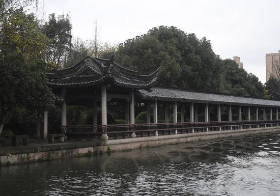 图为:绍兴环城河畔的亭台。  王刚 摄