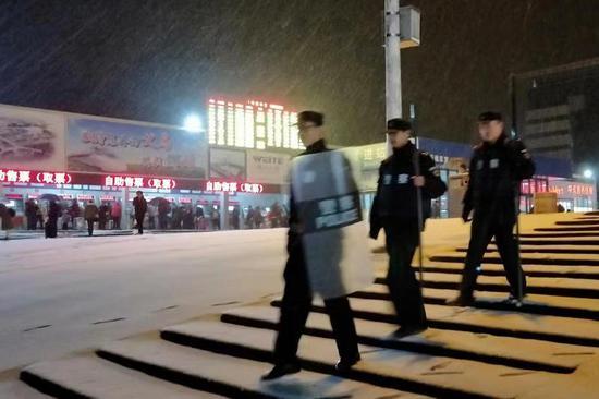 浙江多地迎今冬首雪 铁警紧急保障雪天铁路