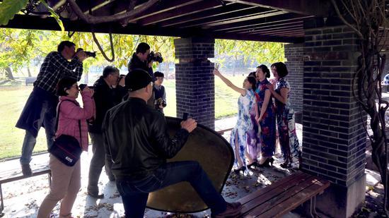 旗袍秀吸引了校摄影协会的长枪短炮。 校方提供