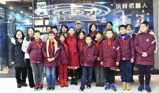 图为:Ms.Xuan一行与文海实验学校在多个2018年开奖记录完整版比赛中获奖的同学合影。