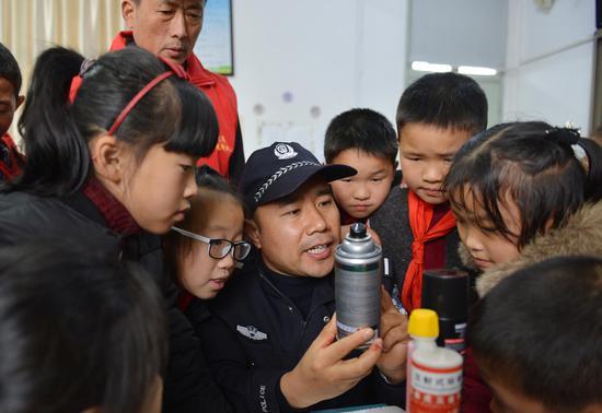 图为:浙江三门民警进校园开展易燃易爆宣传。 林利军 摄