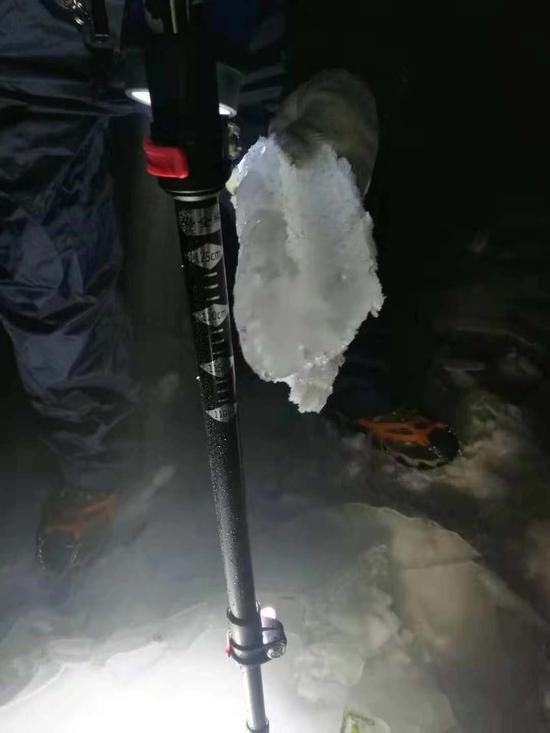图为输电导线上融化掉落的冰块。  刘京辉 摄