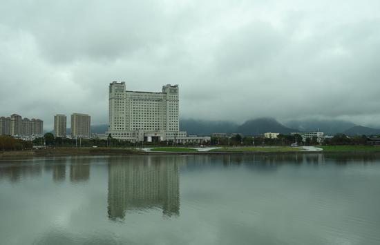 图为:始丰溪与城市建筑相映。  王刚 摄