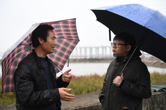 图为:媒体记者在现场采访。  王刚 摄