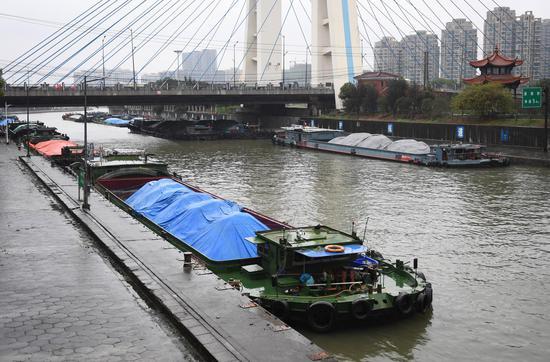 图为: 杭州三堡船闸附近航道多艘船等待通过。  王刚 摄