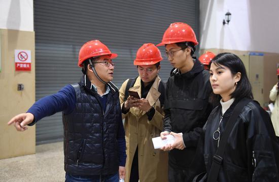 图为:白溪水库管理局局长王建平为媒体记者介绍水库发电设施。 王刚 摄
