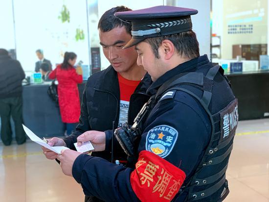 吐鲁番站派出所民警在车站开展客票调查。
