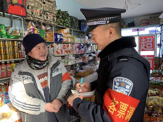 吐鲁番站派出所民警到辖区商铺开展反倒票宣传。