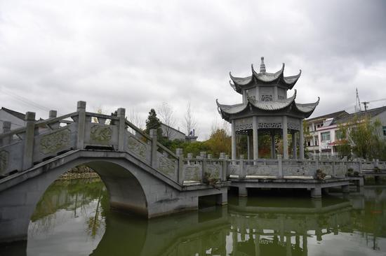 图为:海头村中的小桥与亭台。  王刚 摄