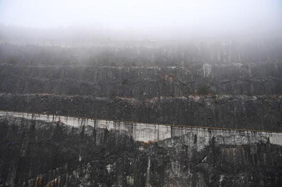 图为:白溪水库库区矗立的石壁。 王刚 摄