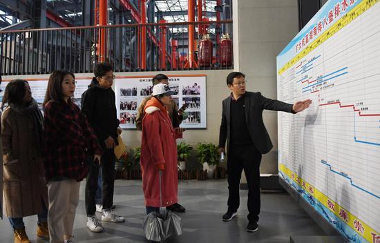 图为:杭州市南排工程建设管理处副处长何勇在介绍杭州附近排水工程建设情况。  王刚 摄