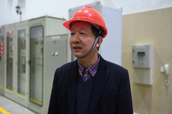 图为:白溪水库管理局局长王建平在介绍水库发电设施。 王刚 摄