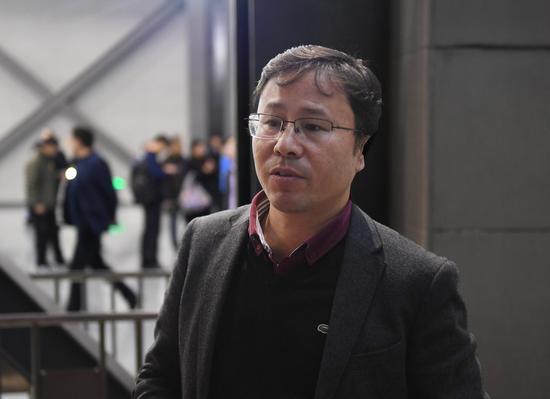 图为:杭州市南排工程建设管理处副处长何勇在介绍三堡排涝工程情况。  王刚 摄
