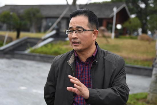 图为:天台县水利局局长周正伟在介绍始丰溪状况。  王刚 摄