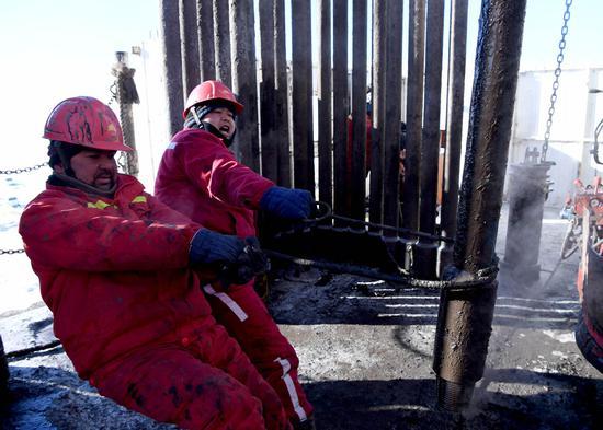 新疆准噶尔盆地连续两次遭遇恶劣天气 石油工人鏖战寒冬
