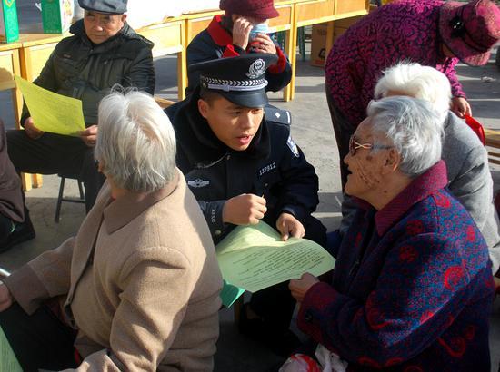 吐鲁番站派出所民警开展反倒票宣传。