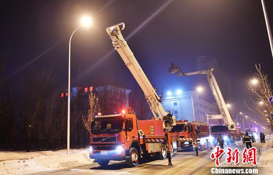 新疆昌吉州消防支队寒冷条件下组织开展夜间装备测试。 洪文乐 摄