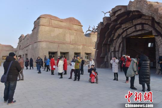 百家旅行社代表参观魔鬼城。乌尔禾区委宣传部 提供