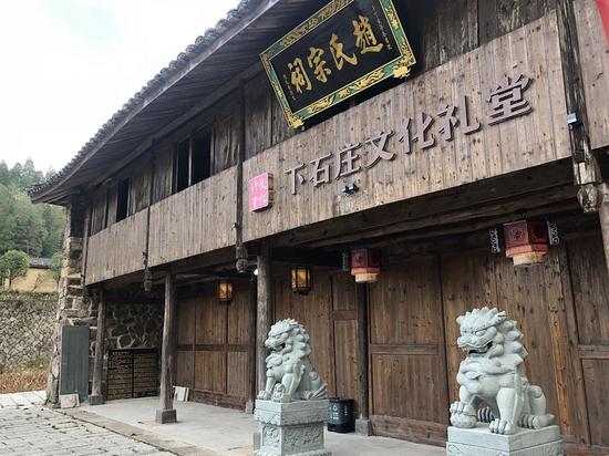 下石庄村中,由牛栏改造成的咖啡馆 潘沁文 摄