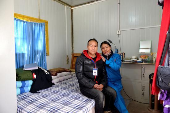 魏军强和妻子李建英在格库铁路米兰车站住宿车内休息。许珠珠 摄